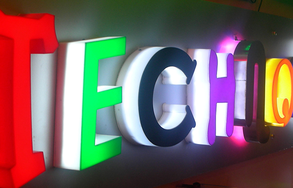 Bảng hiệu hộp đèn hay hộp đèn quảng cáo là một công cụ kinh doanh tuyệt vời trong việc tăng tính chuyên nghiệp cho việc kinh doanh của bạn. Nó thể hiện những màu sắc, ánh sáng ấn tượng và là cách tốt nhất để thể hiện những thông điệp bạn muốn chia sẻ đến với khách hàng suốt 24h/ngày.