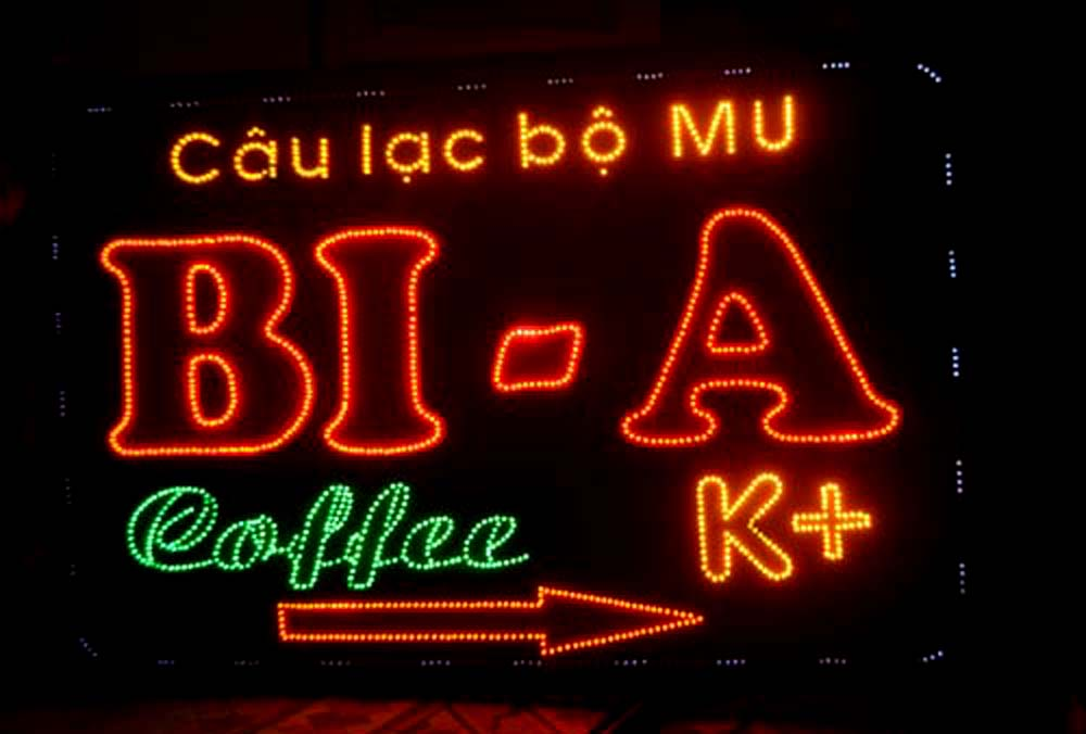 Những biển hiệu quảng cáo đèn led xuất hiện thường xuyên trên đường phố đã chẳng còn xa lại gì với chúng ta. Đây là loại hình quảng cáo mới xuất hiện nhưng lại nhanh chóng chiếm lĩnh được thị trường, thay thế cho các loại biển truyền thống trước đây.