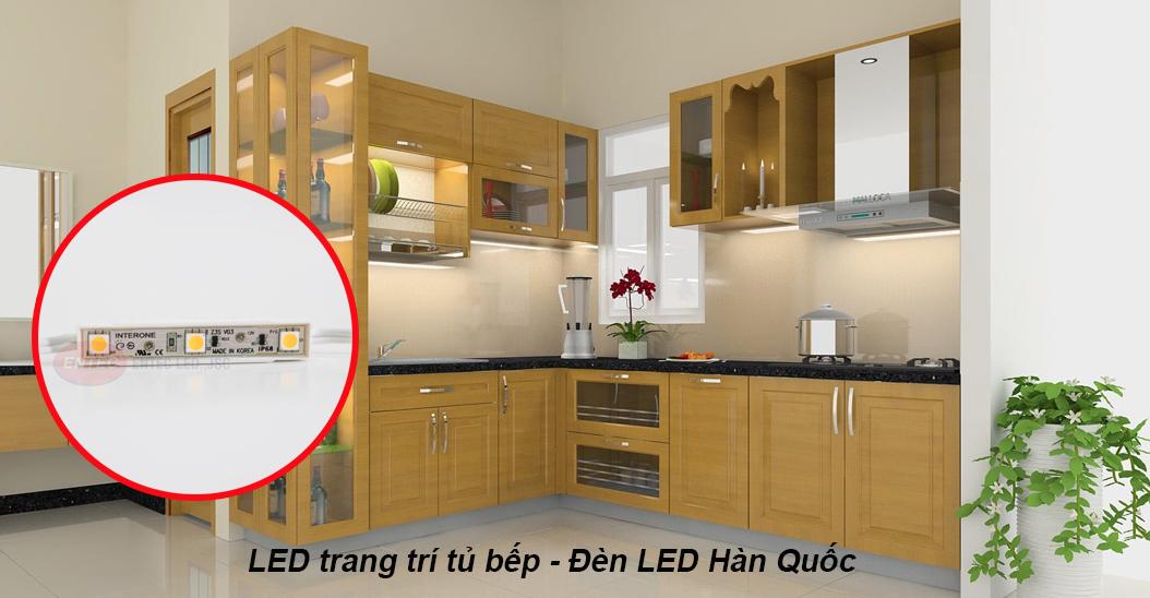Buổi tối là khoảng thời gian khu bếp trở nên nhộn nhịp hơn bao giờ hết. Chính điều đó đã khiến cho việc chiếu sáng căn bếp trở nên thật quan trọng. Thường ánh sáng trong nhà được tạo ra bằng cách hắt từ trần xuống và thường dùng đèn downlight là chủ yếu.