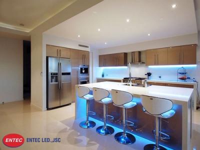 Lắp đèn phía dưới tủ bếp