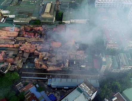 Khói bụi từ đám cháy kho nhà máy Rạng Đông