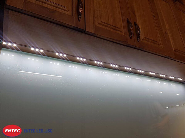 Ánh sáng trắng ấm làm tăng không gian trong căn bếp nhiều hơn