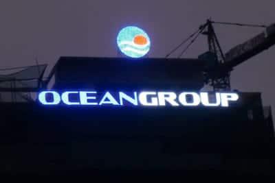 Biển quảng cáo tòa nhà trên tòa nhà kính
